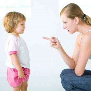 femme-qui-gronde-un-enfant